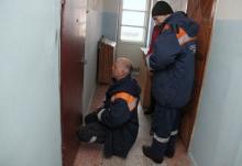 Спасатели обнаружили труп за дверями квартиры