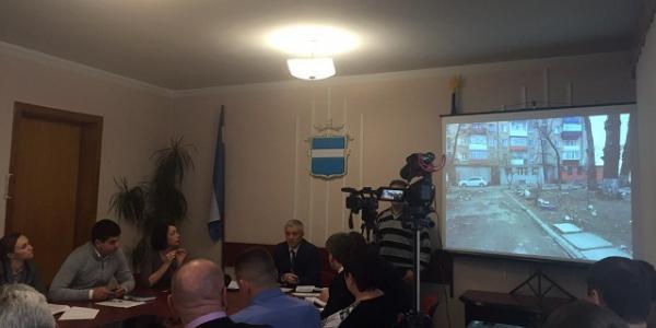 Первый вице-мэр Владимир Пелипенко сказал, что дворы в Кременчуге в неудовлетворительном состоянии и в качестве примера показал фотографии со двора вице-мэра ОлльгиУсановой