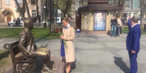 Нардеп Королевская возложила цветы к памятнику Бабаеву, рассказала о дружбе с ним и участвует в форуме «Женщины за мир»