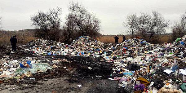 Эпопея со львовским мусором в Кременчуге продолжается: еще пять фур разгрузились на немецкой трассе