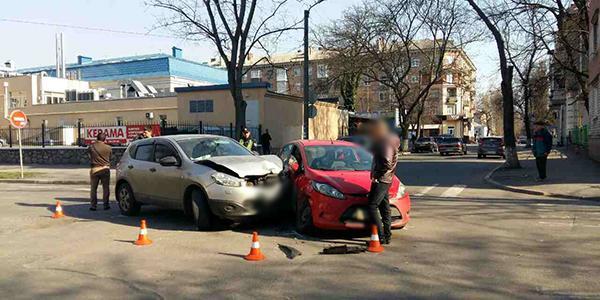 В центре Кременчуга столкнулись Nissan и Ford