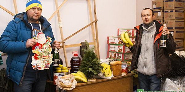 Слева направо: Леонид Харченко и Владимир Калантаевский готовят к отправке в АТО новогодние подарки