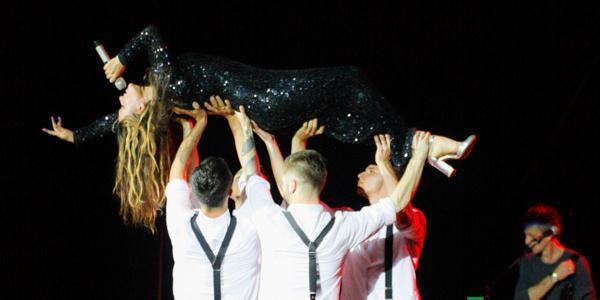 Артистка пела с кременчугскими зрителями и танцевала на протяжении всего концерта.