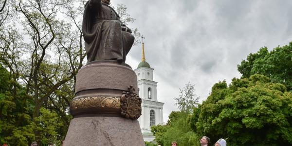 «Уже почти год как в Полтаве установлен памятник великому украинскому гетьмануИвану Мазепе на Соборной площади, но вопрос с балансодержателем до сих пор не решен»