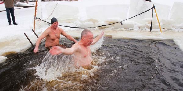 Бодрящее купание или здоровый образ жизни: философия моржей