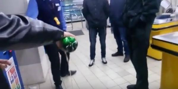 В Кременчуге вылили пиво на пол магазина АТБ, протестуя против ночной продажи алкоголя