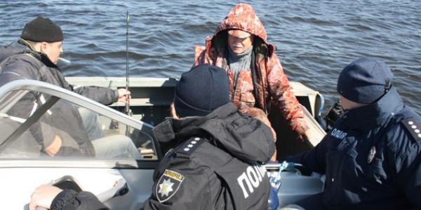 На водохранилище под Кременчугом перед нерестом погоняли рыбаков