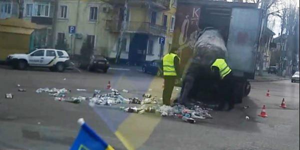 На съезде с Крюковского моста мусоровозка «обронила» кучу мусора