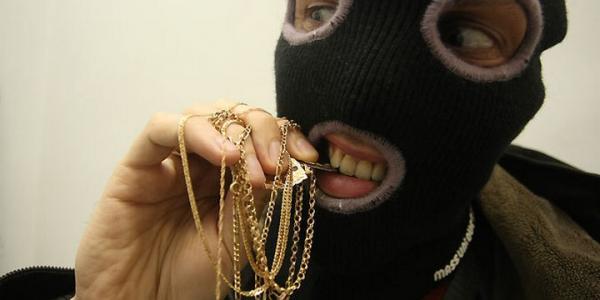 Криминал в Кременчуге: кража денег и ювелиркииз квартиры, дорогого мобильника из курточки