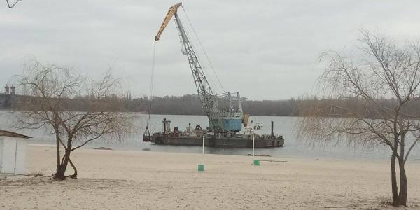 В Кременчуге обновляют Центральный пляж – работает земснаряд
