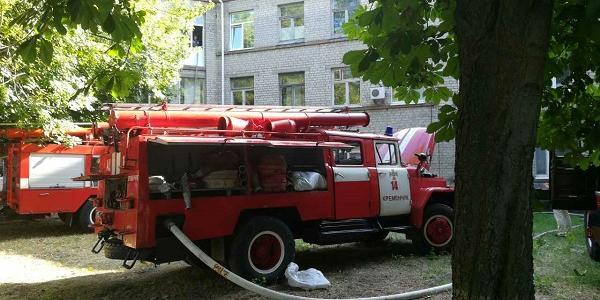 На місці чотири рятувальні машини.