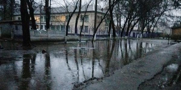 Кременчужане возмущены «морями-океанами» возле терцентра соцобслуживания Автозаводского района
