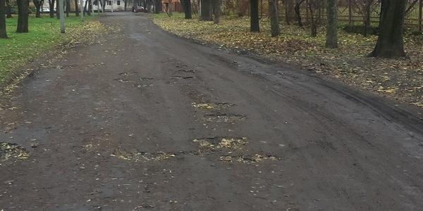 Ужас травматолога: дорога к Приднепровской больнице вся в ямах и канавах