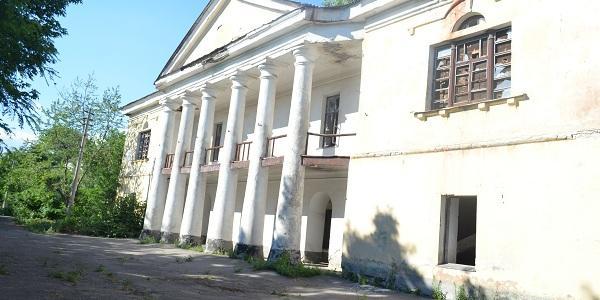 Бывшие Крюковские интендантские склады: тут хранилось более 160 вагонов имущества, а теперь это разруха в окружении джунглей