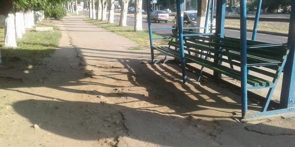 Кременчужанин надіслав у редакцію фото розбитої дороги на одній із зупинок міста.