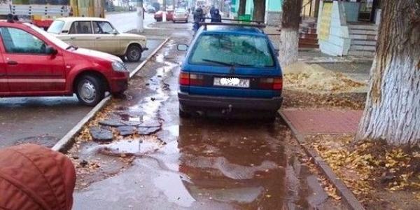 В Кременчуге по проспекту Свободы на разбитом тротуаре паркуются *удаки