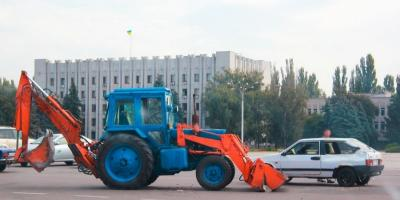 На площади Победы трактор протаранил ковшом «Ладу»