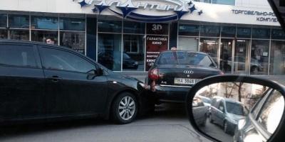 Фотофакт: тройной «поцелуй» на улице Ленина