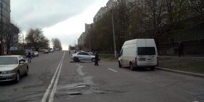 Фотофакт: микроавтобус и автомобиль Kia Cerato столкнулись на ул. Щорса
