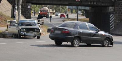 В центре Кременчуга «лоб в лоб» столкнулись два авто