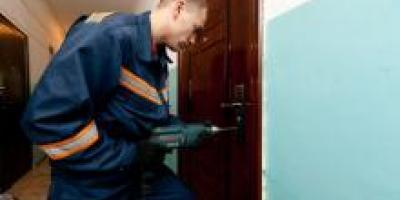 В Кременчуге спасатели, вскрыв дверь в квартиру, обнаружили труп пенсионерки