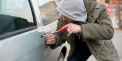 Неизвестные ограбили машину директора коммунального предприятия