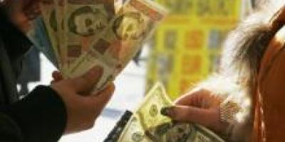 Порошенко приказал НБУ стабилизировать гривню на уровне 21,7 за доллар
