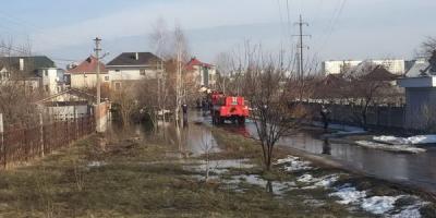 Вода с полей Погребного топит Петровку и уже течет к домам кременчугской знати