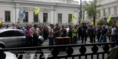 Бывшие силовики пикетируют Кабмин с требованием внести изменения в Госбюджет на 2017 год и пересчитать им пенсии.