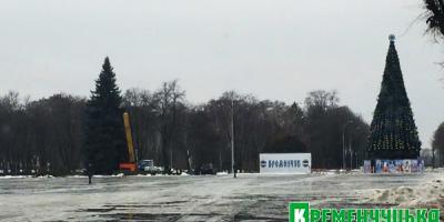 Рядом с главной елкой Кременчуга наряжают соседние деревья
