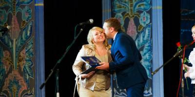 День чиновника: 27 поцелуев мэра и множество грамот