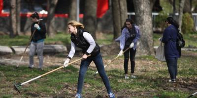 В Кременчуге молодежь навела порядок в городских парках