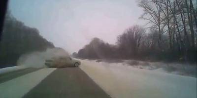 Из-за скользкой дороги заносит машины
