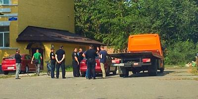 Возле Крюковского райсуда несколько патрулей полиции пытаются изъять арестованную судисполнителями машину (дополнено)