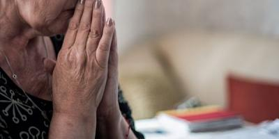Кременчугскую пенсионерку мошенники оставили без крупной суммы денег, пока она оказывала помощь их ребенку