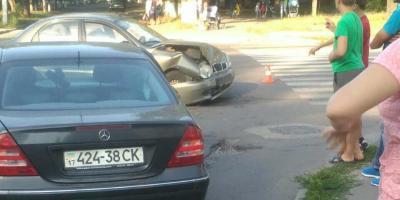 """На перехресті у районі зупинки """"Аврора"""" зіштовхнулися Mercedes та Daewoo Lanos."""