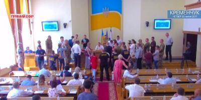 Активисты заблокировали трибуну сессии горсовета: возмущены кандидатурой доктора-сепаратиста на должность главврача Кременчугского роддома