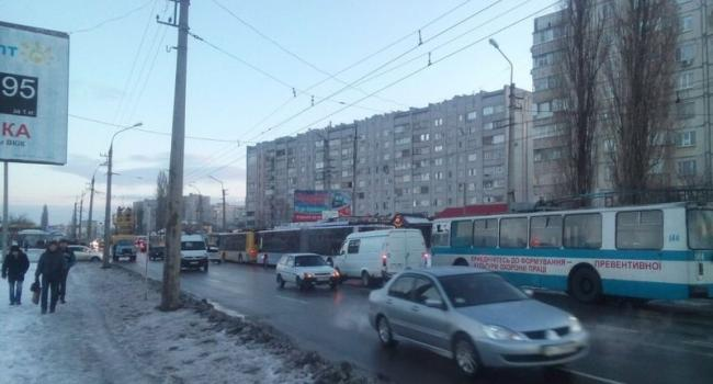 Кременчужане массово опоздали на работу: стоят троллейбусы