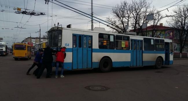 Кременчужанам пришлось толкать «заглохший» троллейбус