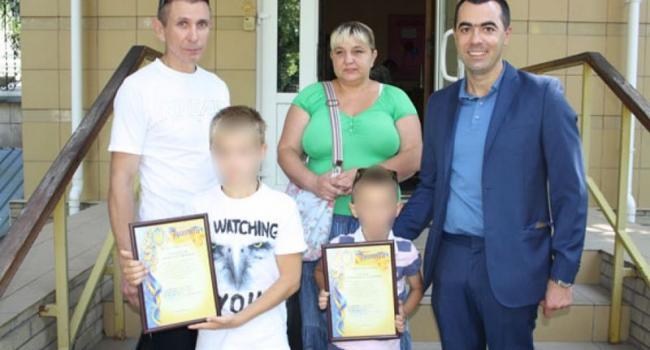 В Кременчуге наградили детей, которые нашли грабителя почтальона