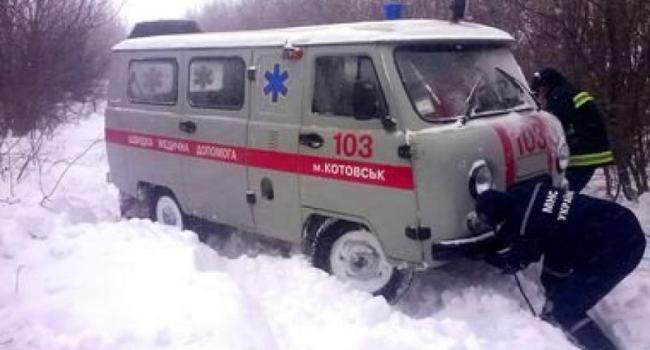 Кременчугские спасатели «освободили из снежного плена» скорую помощь