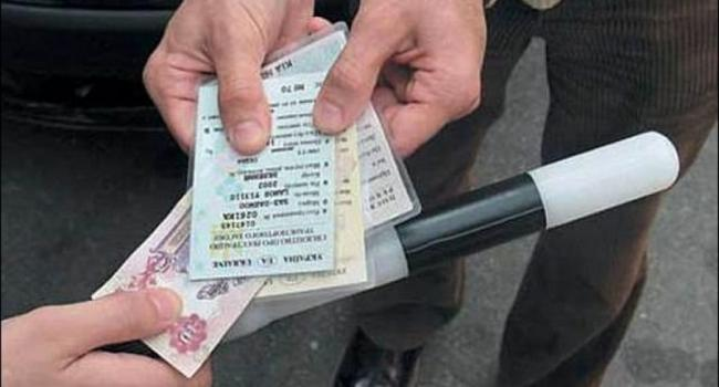 Водитель ВАЗа попался на взятке инспекторам ГАИ