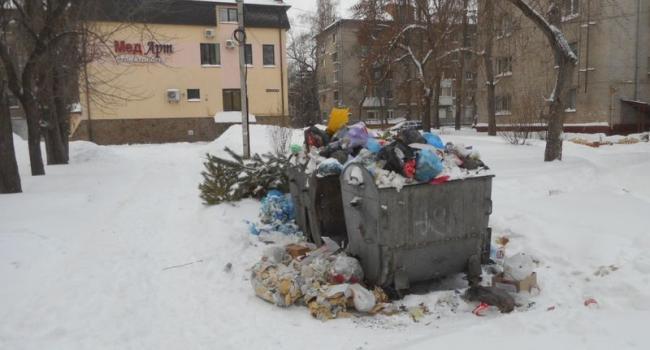 Центр Кременчуга завалило не только снегом, но и мусором