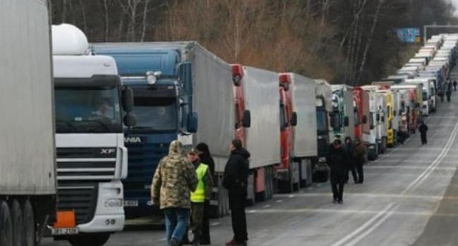 В Украине запретили движение тяжелых грузовиков