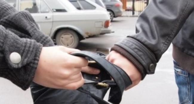 В Кременчуге на улице обокрали женщину