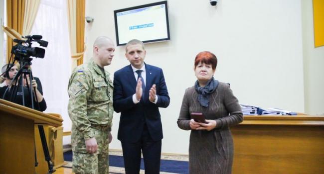 Мэр вручил матери погибшего в зоне АТО Героя Алексея Борищака награду Президента