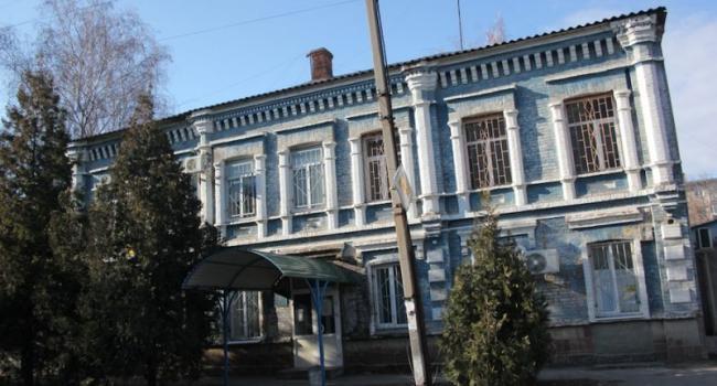 Кременчугский райсуд: паутина на окнах, маты на стульях и вывески на гвоздях