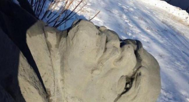 «Лежит кременчугский Ленин и плачет»