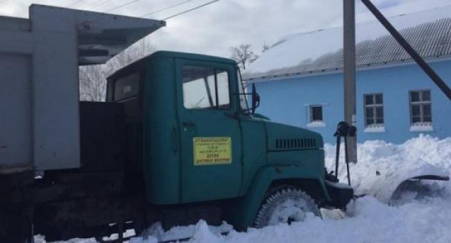 Дожились: Реевку от снега убирают не коммунальщики, а депутат