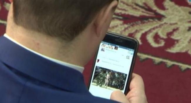 Экс-депутат Березянский на сессии смотрит видео борьбы сумо